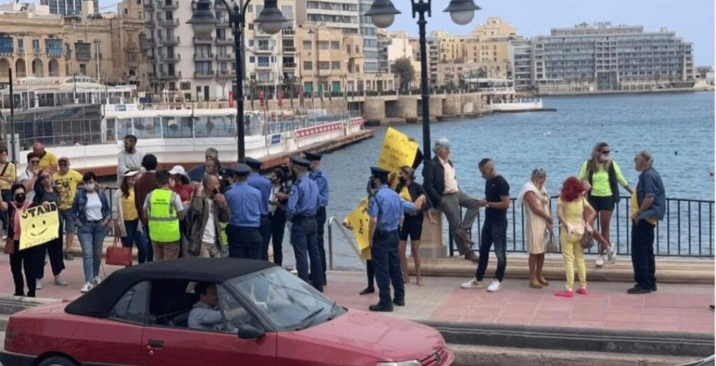 Grupp ta' persuni jipprotestaw kontra l-ilbies tal-maskra