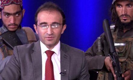 Fl-Afganistan: Preżentatur imdawwar minn Suldati Talibani armati waqt intervista fuq it-Televiżjoni